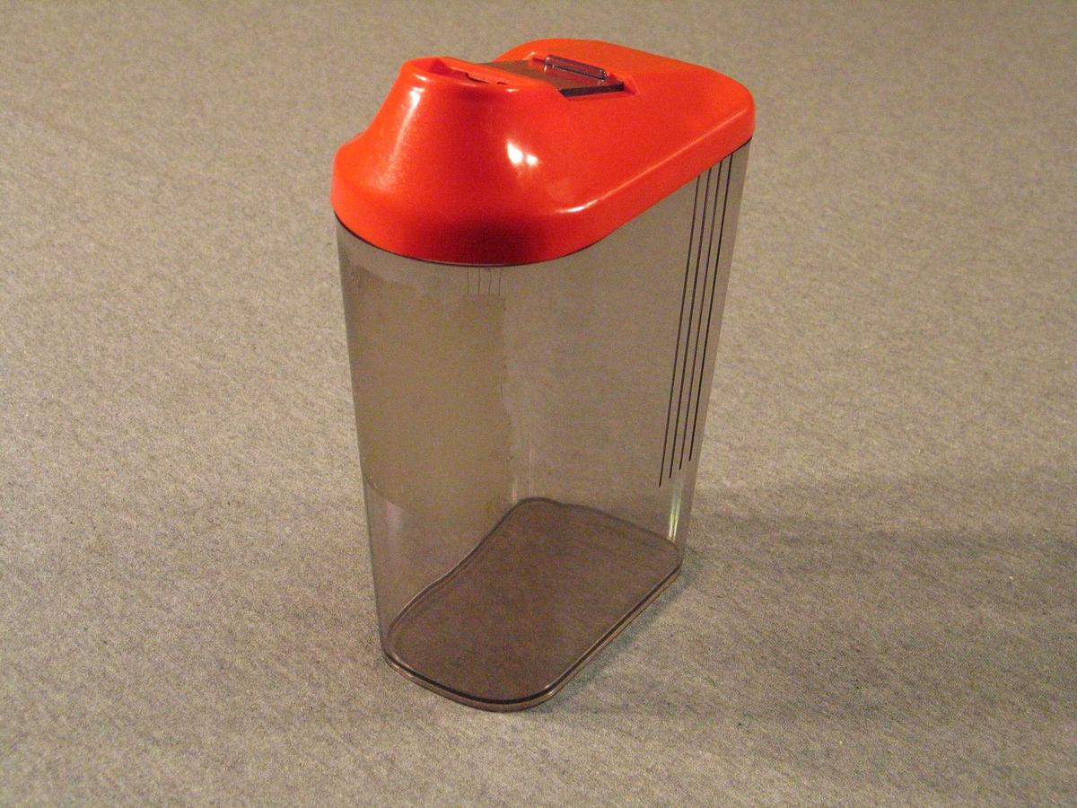 Plastboks med fire sider, avrunda hjørne. Lok med opning med skyvelok. Til oppbevaring av mjøl sukker o.l. på kjøkken. Lik SUM.09840.