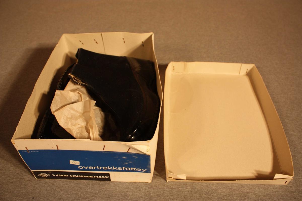 Halvhøg overtrekkssko i ullgabardin med glidelås i front og hempe bak. Gummiert sole og opp på sidene. Fora.