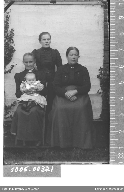 Gruppebilde av tre kvinner og et spebarn.