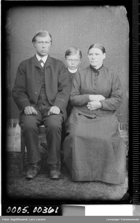 Gruppebilde av mann,kvinne og gutt.