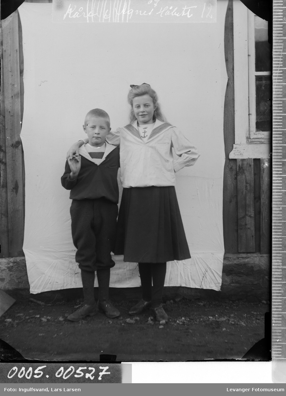 Portrett av to barn i helfigur.