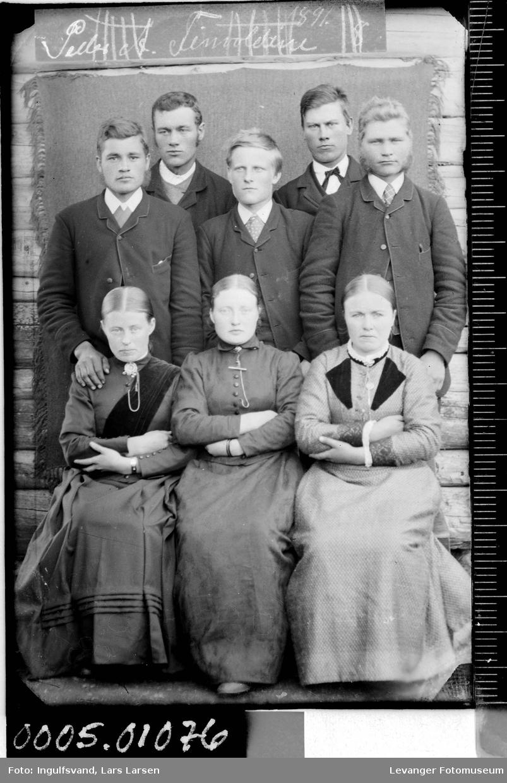 Gruppebilde av åtte ungdommer.