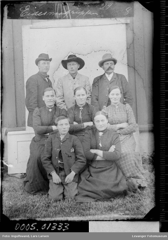 Gruppebilde av fire menn og fire kvinner.