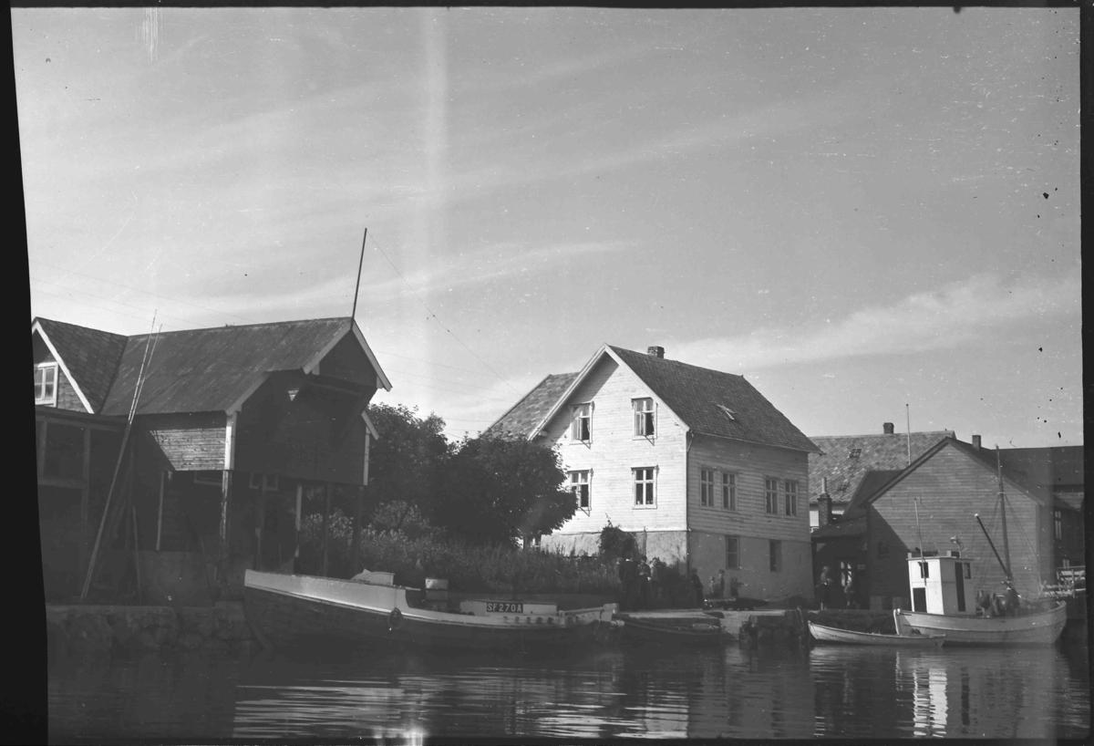 Huset og butikken til Peter Nikø i Bulandet. Motorbåten Må Sleipner SF 270 A har byggeår 1945 og var eigd av Andreas Kjæmpenes, Bulandet.