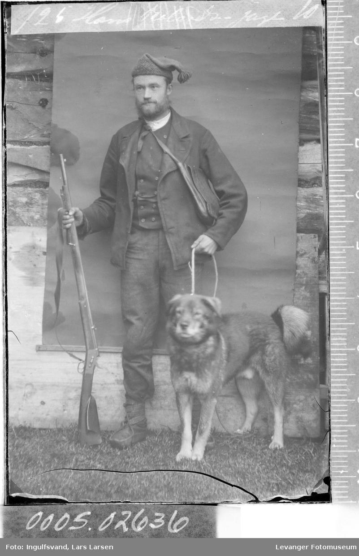 Portrett av mann med hund og våpen.