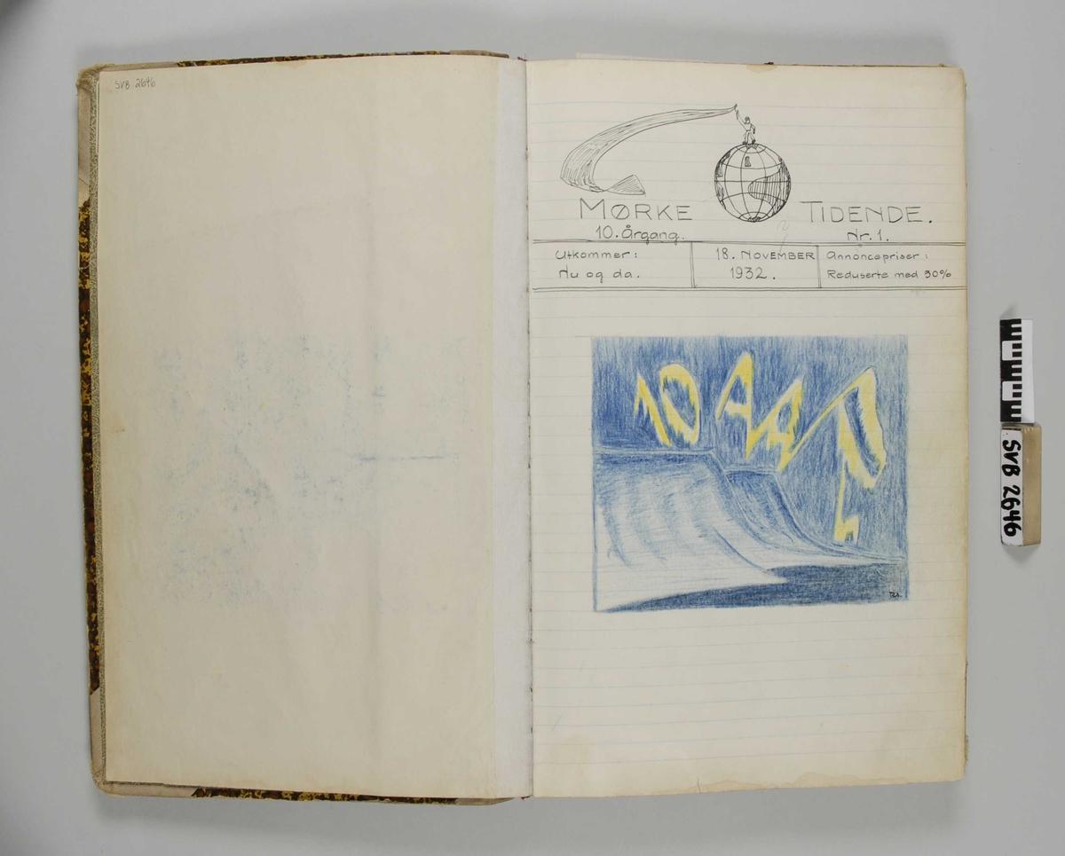 Notatbok med linjerte ark. Omslaget er brun-spettet, ryggen og hjørnene er trukket med tekstil. En rød etikett er festet midt på ryggen.