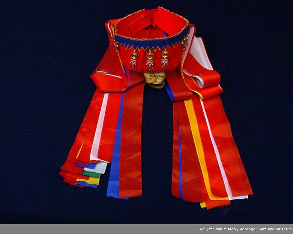 Brudekronen er sydd av rødt klede og pyntet med blått klede. Silkeband i rød, hvit, gul, blå, grønne farger. Sølvanheng. Brudekronen er lagd slik at den kan justeres mht størrelse.
