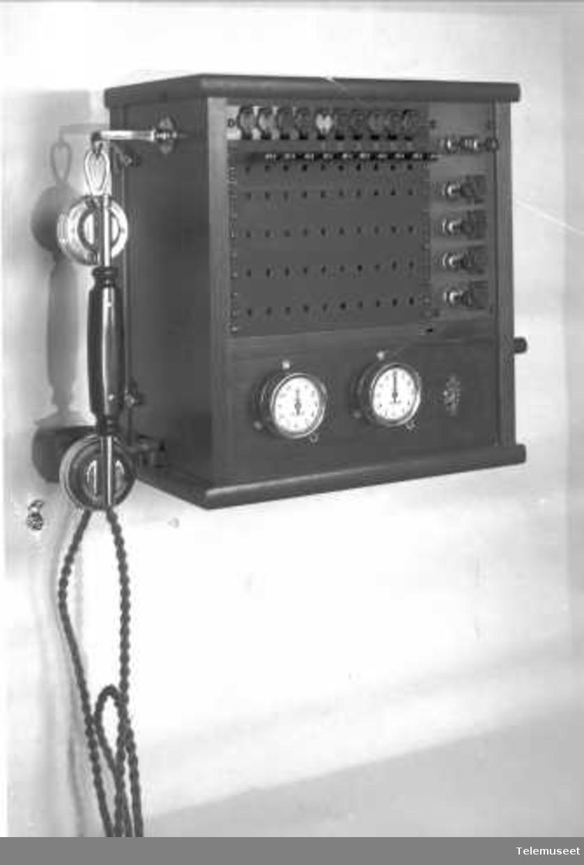 Telefonsentral, magneto proppveksler 10 lj. for bord/vegg Riks. 21.9.1925 Elektrisk Bureau.