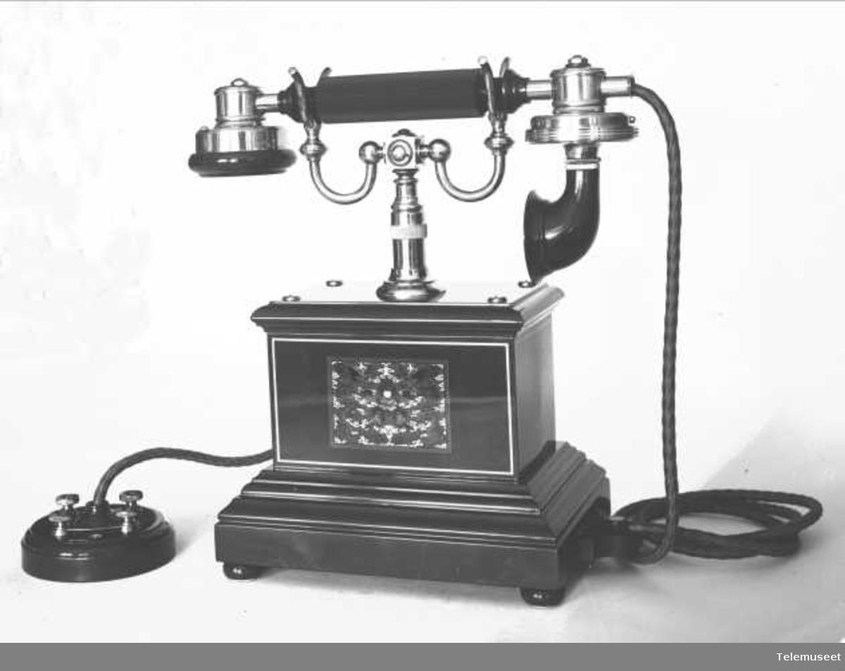 Telefon, bordapparat i tre og stål, magneto, klokke 1000 ohm. For China. Elektrisk Bureau.
