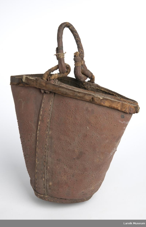 Form: håndtak av lær, festet med hemper av tau