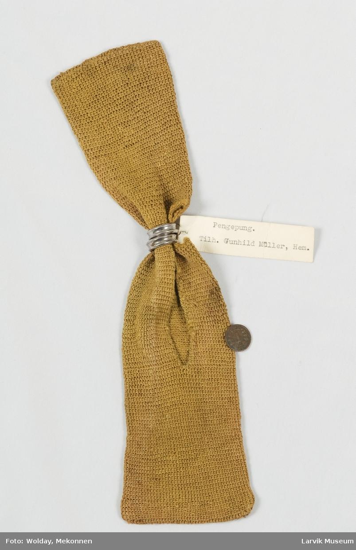 Form: heklet av gulgrønt silkegarn(?) i faste masker 2 sølvmetallringer, inneholder: 1 rusten knapp og 1 ettøring fra 1778