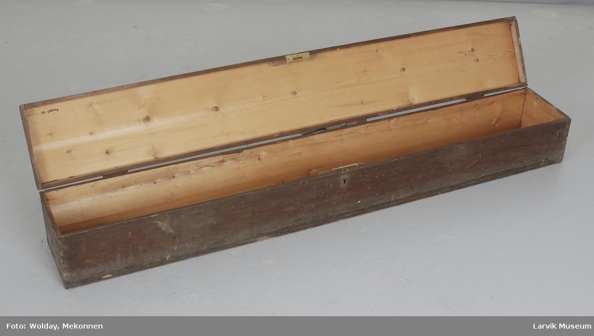 Form: rektangulær trekasse med  hengslet lokklokk
