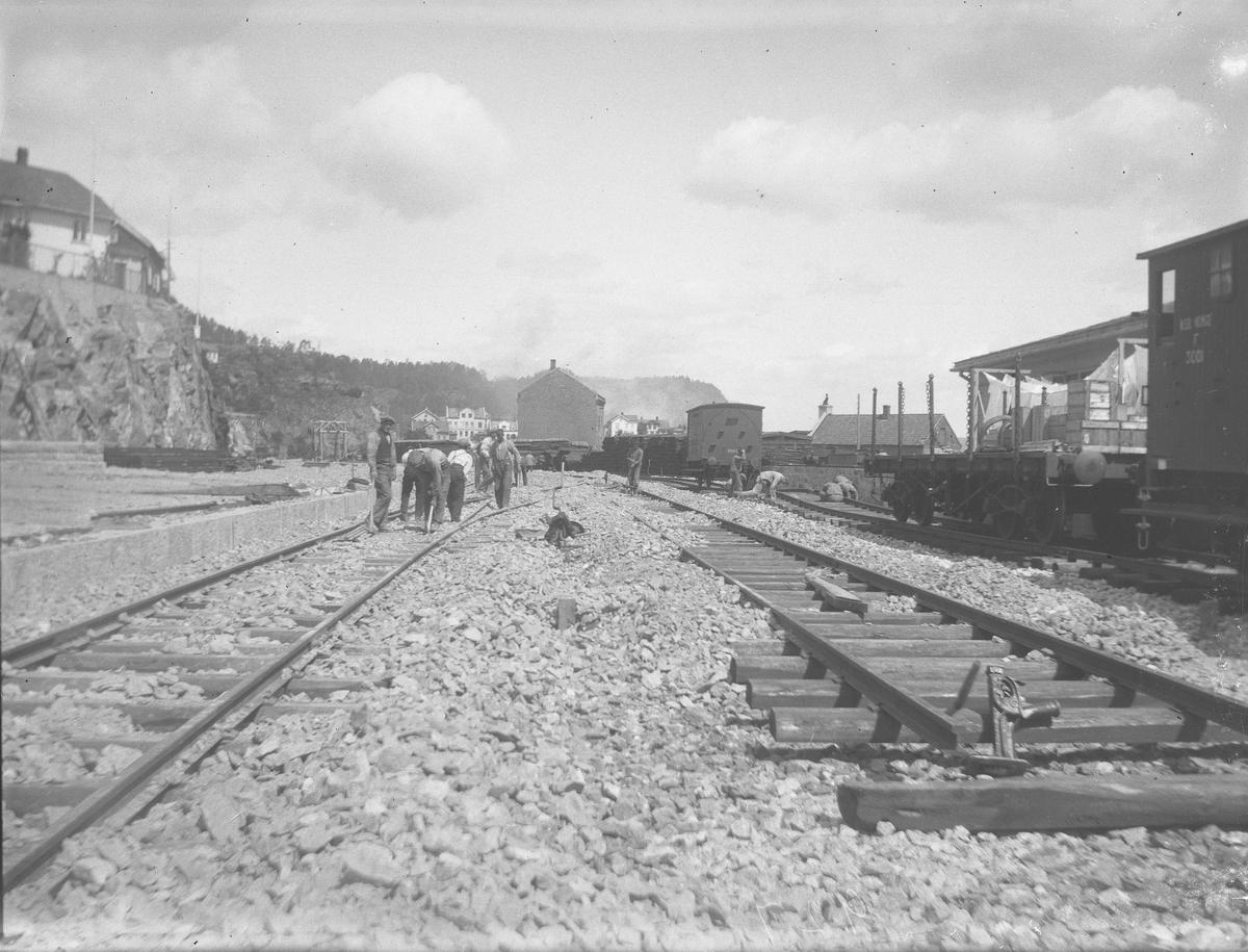 Jernbaneanlegget - skinnene legges på stasjonsområdet nedenfor Andølingen, Trikotasjen bak. Kragerø