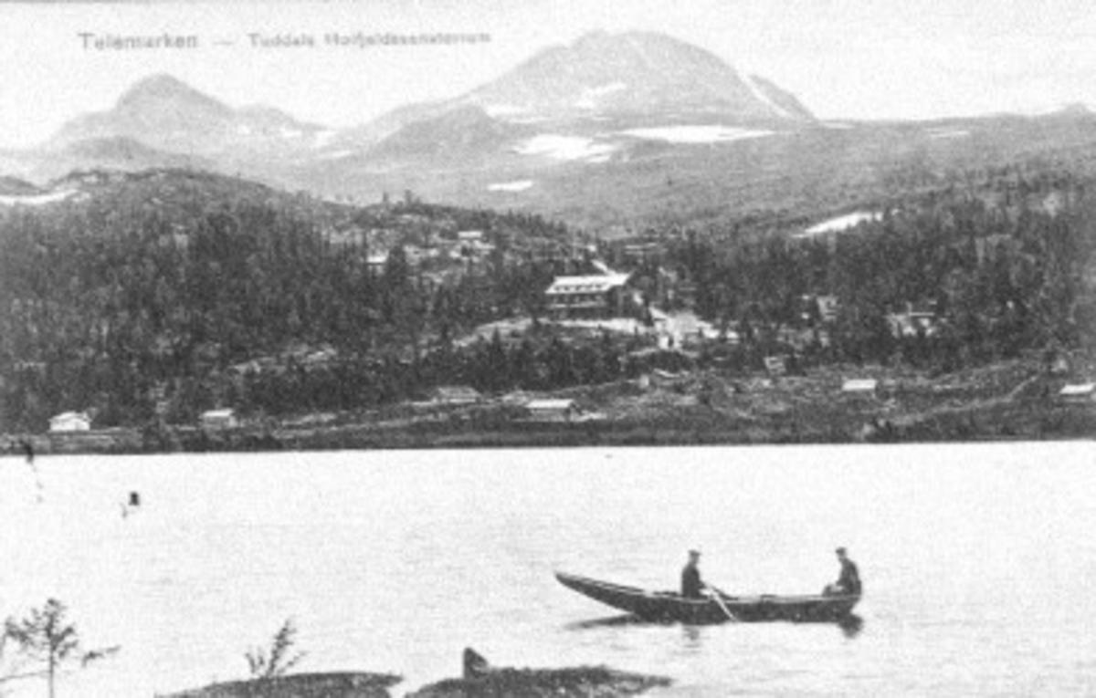 Tuddal Høyfjeldssanatorium i midten. Til venstre. Veabek skule, øverst Gaustaknevne. Nederst båt på Kovstulvatnet. Julekort fra Torbjørn Solheim til G.O. Hogstul 1913-14. Det var påd en tiden Torbjørn fekk polemolitt.