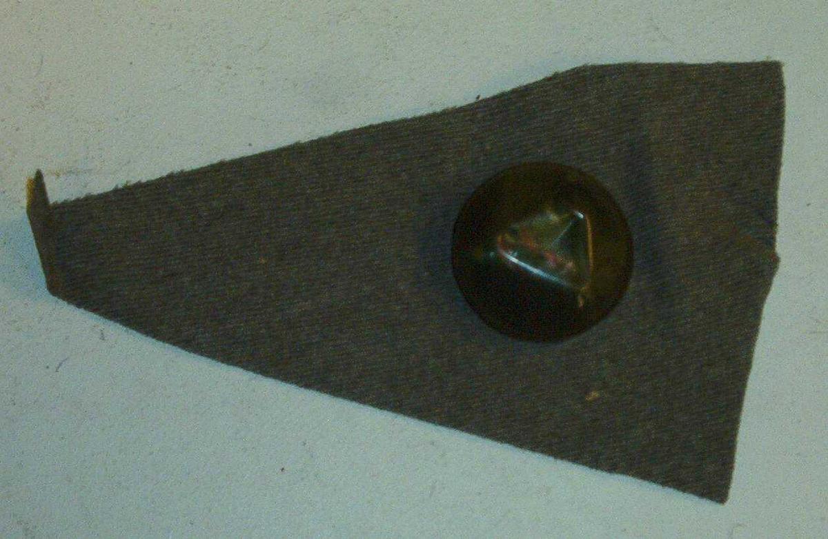 OPM Et trekantet tøystykke med en knapp.