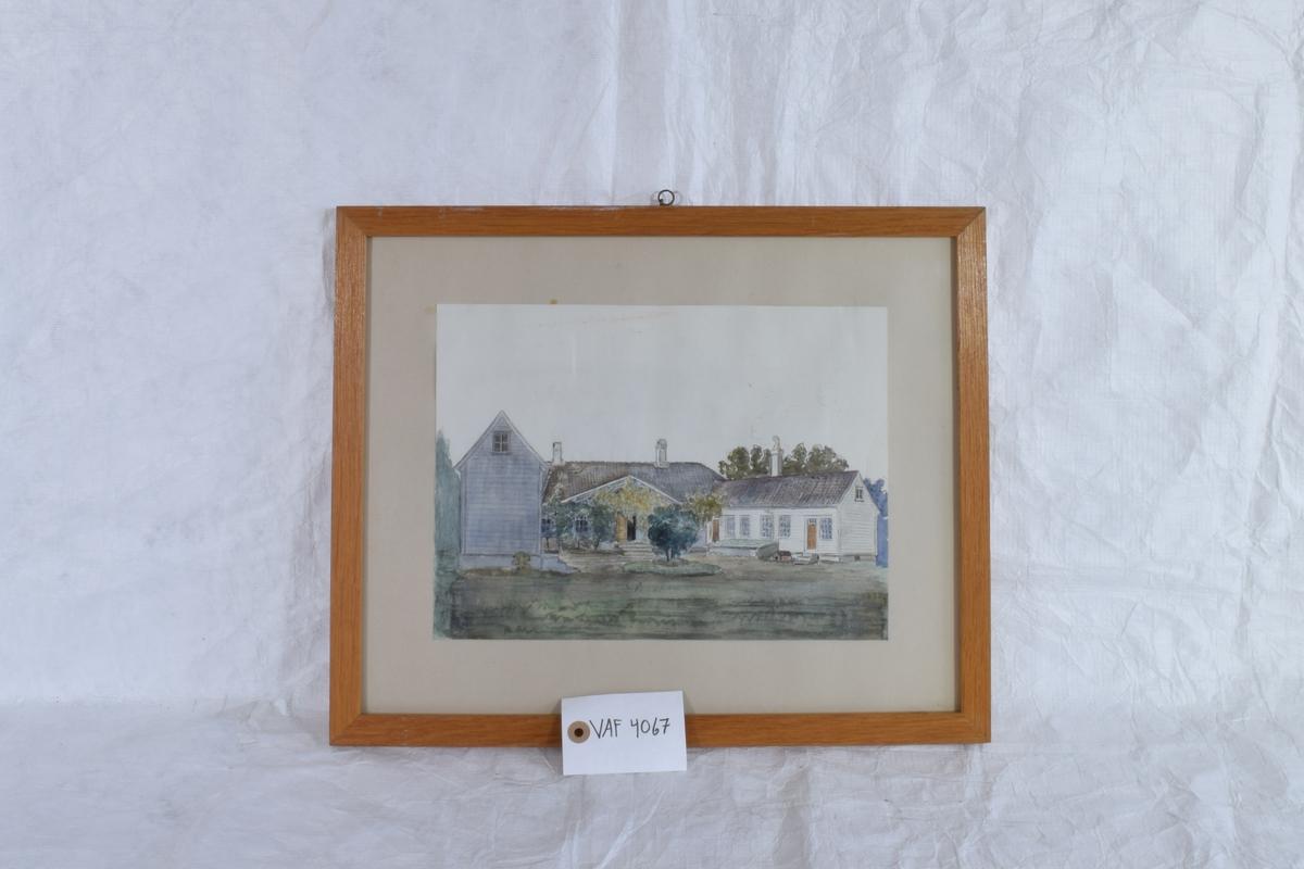 Bildet viser et hus med to fløyer som omslutter en beplantet gårdsplass.