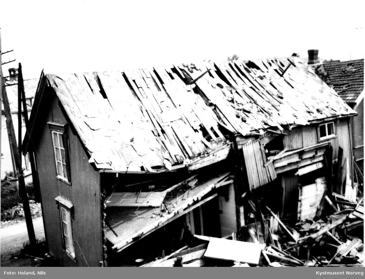 """""""Fosnes-huset"""" like etter bombingen i mai 1940 på Rørvik"""