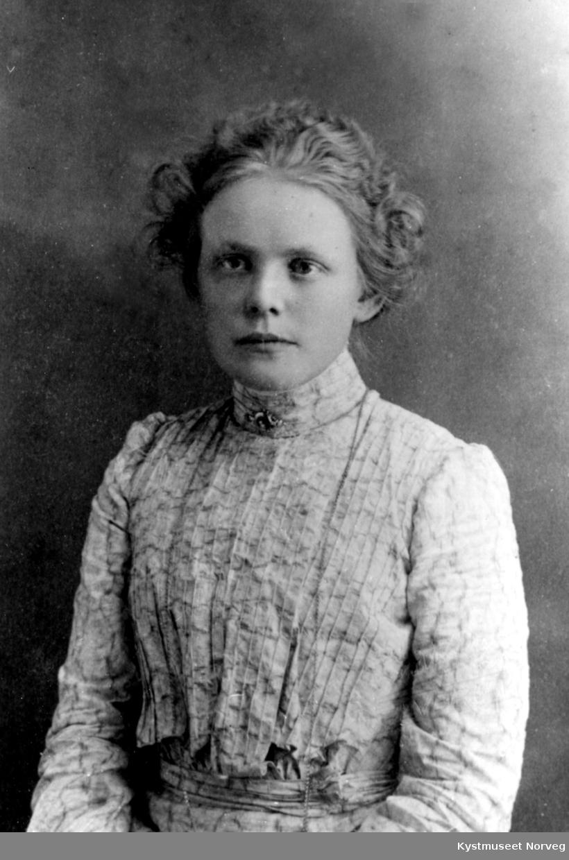 Portrett av ung ukjent kvinne