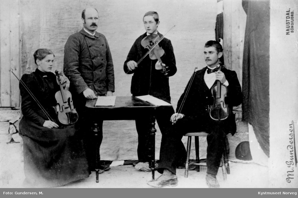 Musikkelever Fra venstre: ukjent fra Grong eller Høylandet, lærer Tessem, Paul Woxeng og Lorents H. Lyngsnes