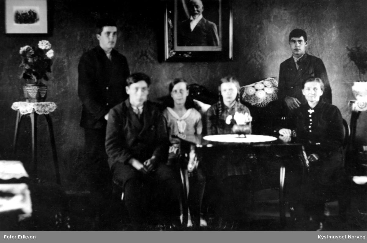 Konfirmanter, fra venstre: Harald Kvalø, ukjent, Gladys Strand, Bjarne Bondø og Marta Rasmussen