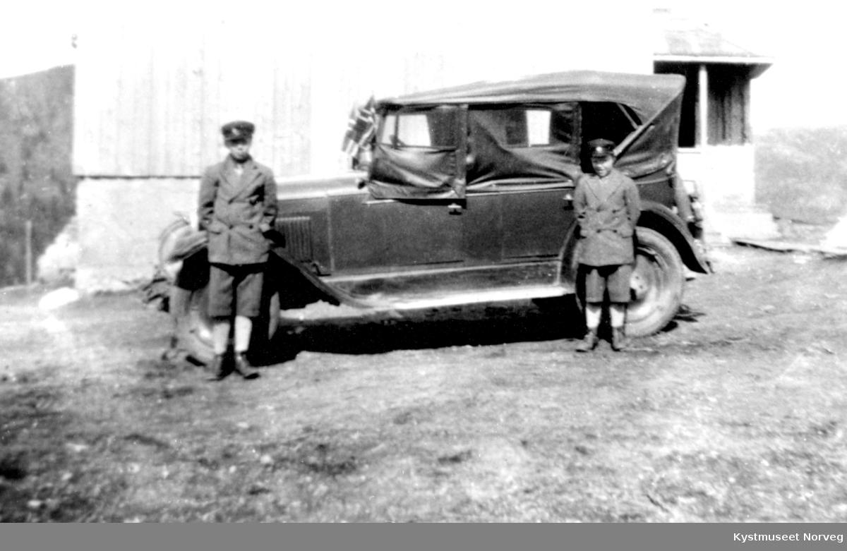 Oddmund og Kolbjørn Wassås foran Olav Wasså`s første bil en Chevrolet