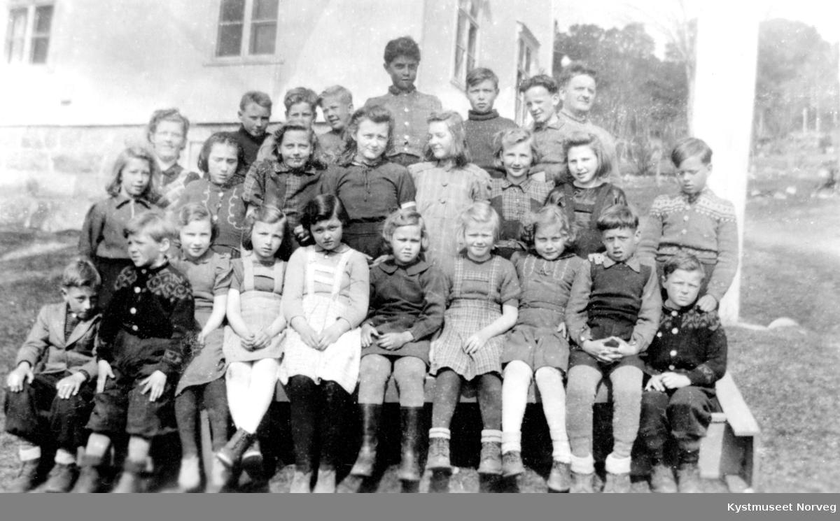 Første rekke fra venstre: Ole Eidshaug, Egil Klungsvik, Marie Blikø, Birgir Rørdahl, Kristine Sveinsen, Dagmar Breivik, Solveig Rørdahl, Haldis Haug, Robert Pettersen og Odd Klungvik. Andre rekke fra venstre: Jenny Eidshaug, Oddbjørn Tangen, Dora Else Blikø, Irene Aglen og Oddmund Nubdahl. Tredje rekke fra venstre: Hildur Paulsen (Redell), Helge Bogen, Agnar Rørdahl, Oddvar Rørdahl, , Bjarne Paulsen, Rolf Sveinsen, Jon Langstrand og lærer Per Husan. 2. Klasse ved Værum skole 1944