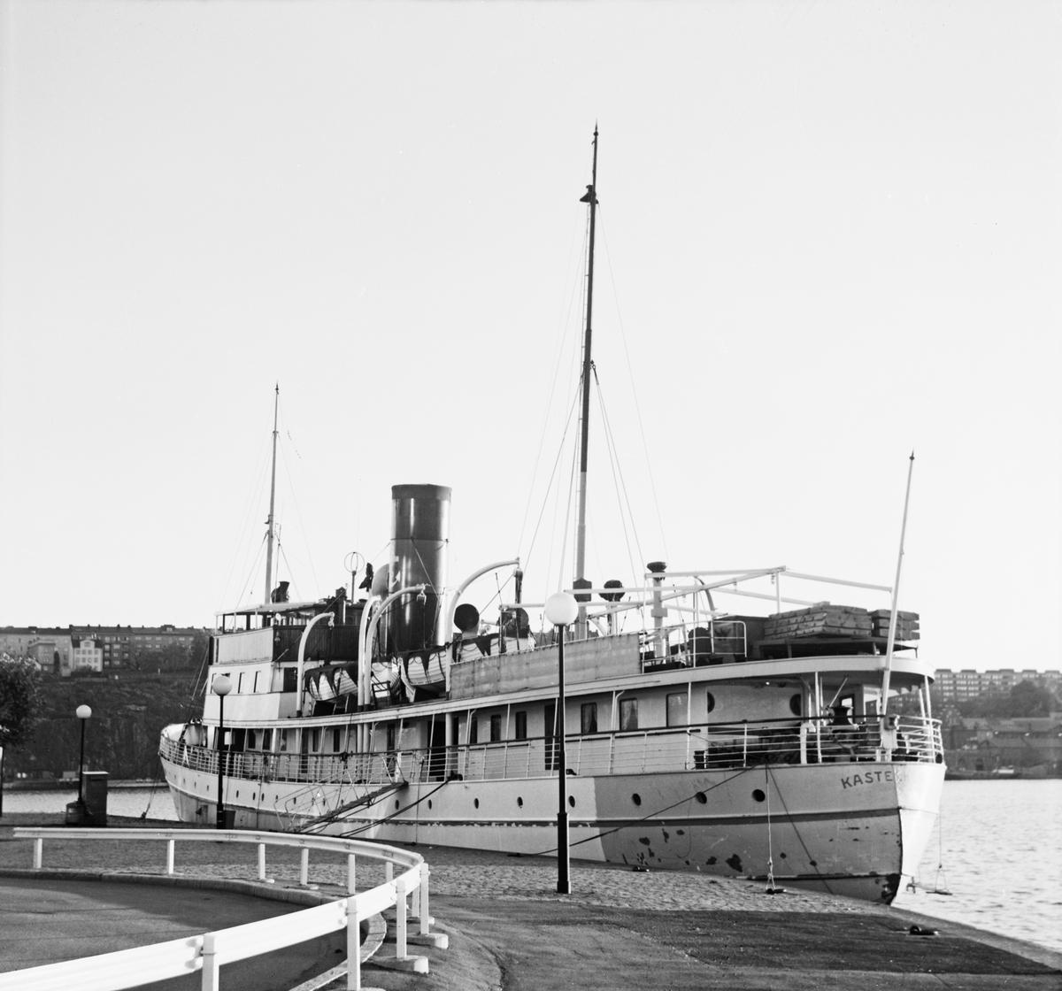 Fartyg: KASTELHOLM                     Bredd över allt 9,42 meter Längd över allt 55,6 meter Reg. Nr.: 7512 Byggår: 1929 Varv: Eriksbergs MV Övrigt: KASTELHOLM Reg nr 7512, 54,89 x 9,33 m, 850 ihk, 907 brt, 570 nrt. Byggdes 1929 av Eriksbergs MV i Göteborg för AB Svenska Amerika-Linien och insattes på linjen Åbo-Mariehamn-Kalmar-Malmö-Köpenhamn. Ångaren hade hyttplatser för 210 passagerare. Såldes i april 1952 till Ångfartygs AB Mariehamn och 1954 till borebolaget. Såldes i maj 1972 till Nya Ångfartygs AB Strömma kanal men kvarstod i finska handelsflottan. Köptes i maj 1973 av Richard Grönstedt, Stockholm och 1.12 1973 återköptes Kastelholm av Strömma-Kanal Bolaget. Såldes i december 1973 till Operation and Transport Corp. Ltd i Panama. Var tänkt att insättas i kryssningstrafik i Östersjön. Såldes i augusti 1975 till Persöner Återvinnings AB i Ystad och skrotades. (Svensk Kustsjöfart 1840-1940)