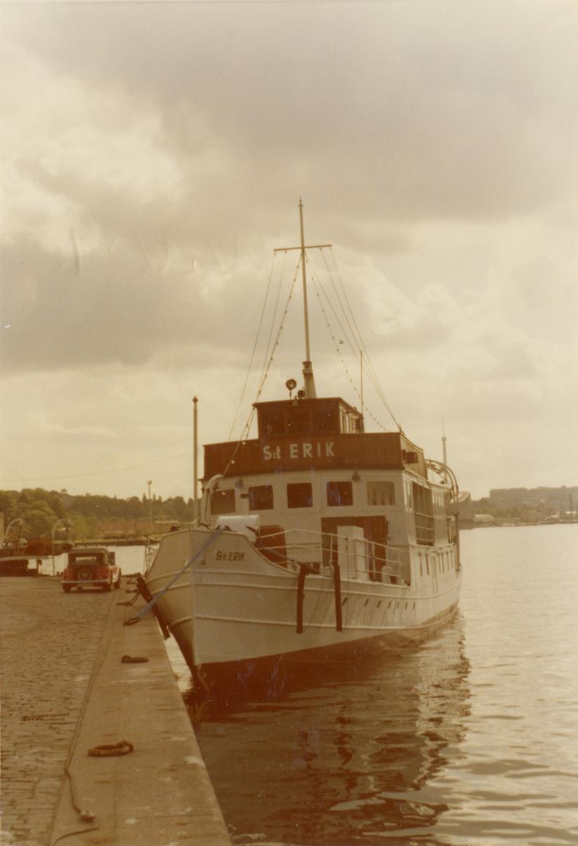 Foto i färg visande passagerarmotorfartyget S:t Erik av Stockholm vid Strandvägskajen i Stockholm 1974.