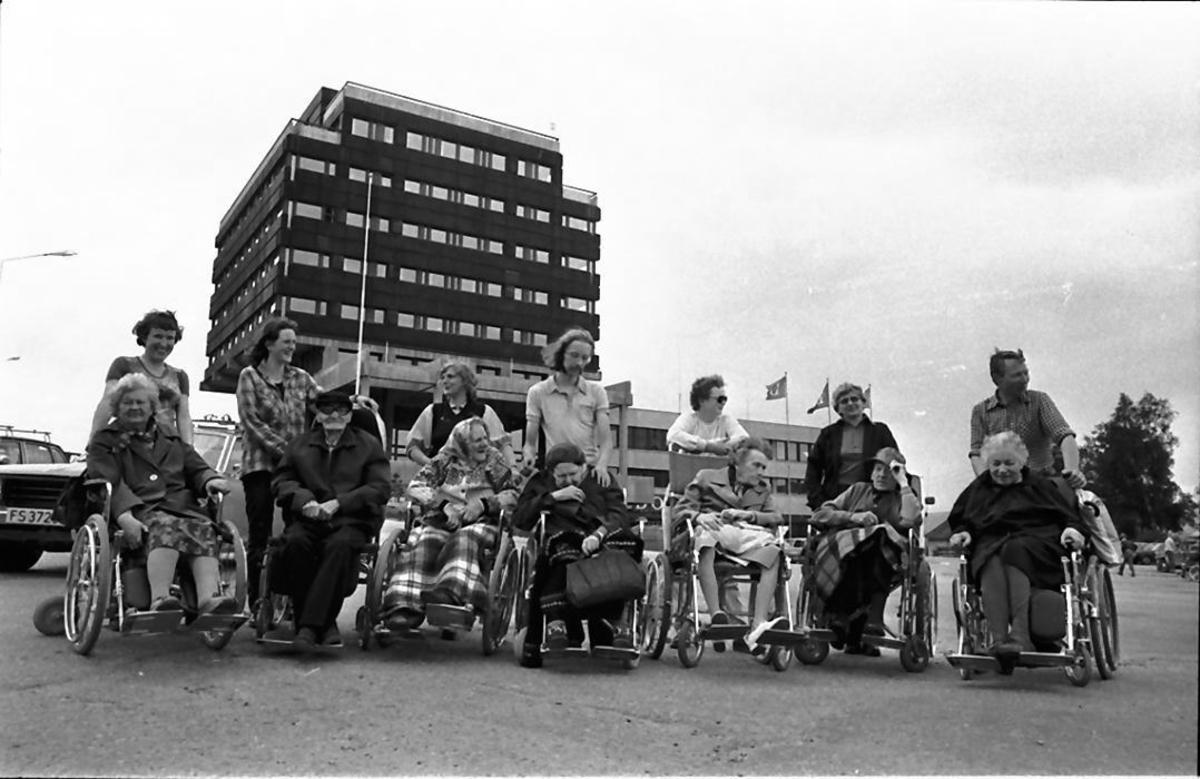 Pensjonister i rullestoler på Tynset-by'n.