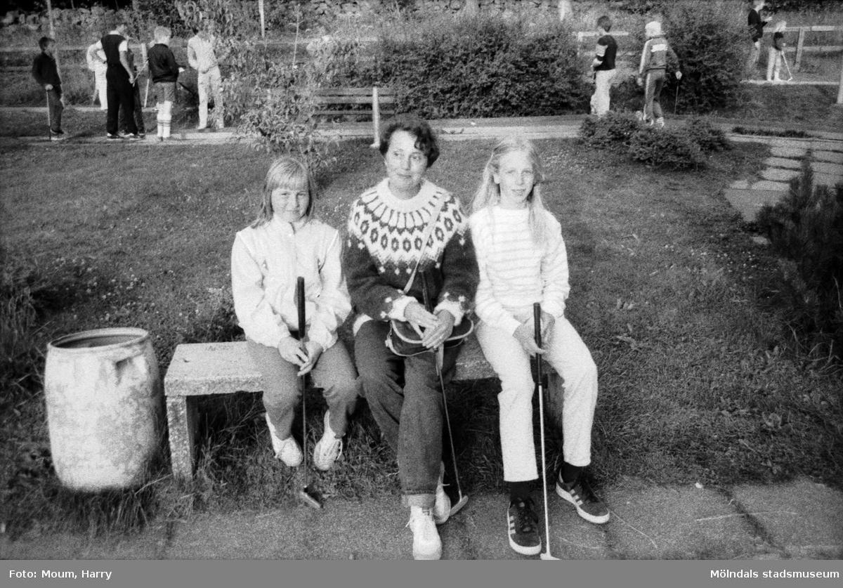 Tyska och svenska ungdomar bekantar sig med varandra vid Torrekulla turiststation i Kållered, år 1984.  För mer information om bilden se under tilläggsinformation.