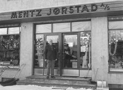 Mentz Jørstad AS, Jern og byggevareforretning i Nygata, Brum