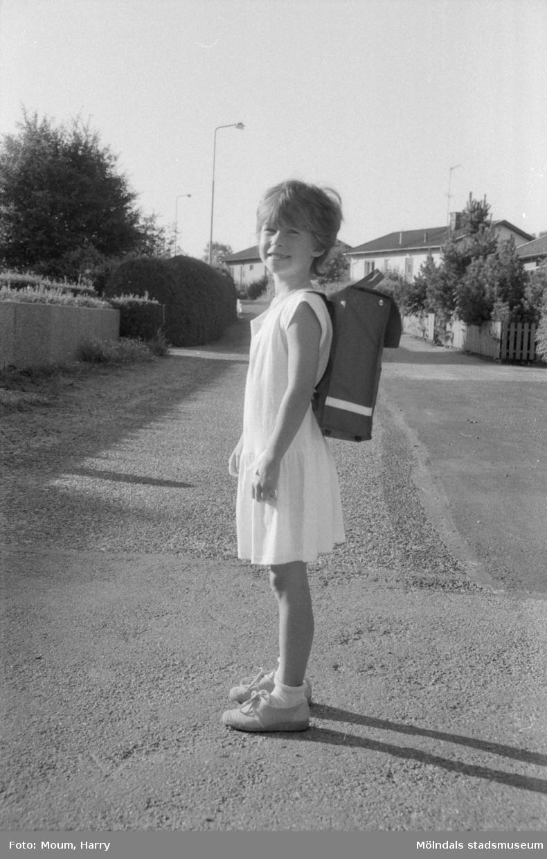 Linda Sällyle från Kållered på väg till sin första skoldag, år 1984.  Fotografi taget av Harry Moum, HUM, för publicering i Mölndals-Posten, vecka 34, år 1984.
