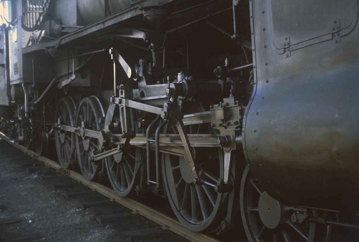 Nærbilde av maskineriet på damplokomotiv type 31b nr. 451.