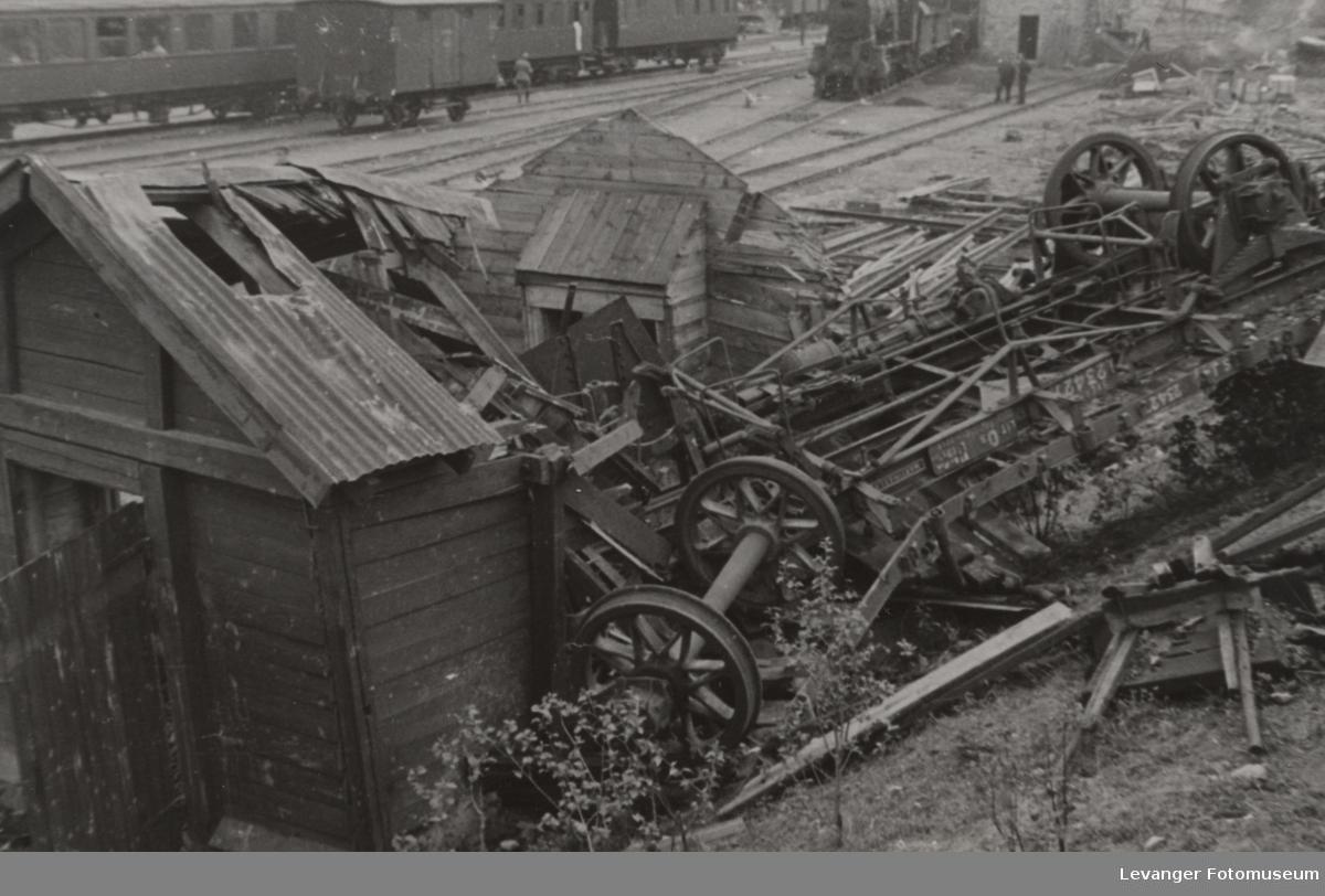 Smadret svensk jernbanevogn på Dombås etter bombingen 1940.