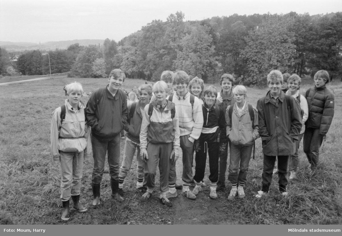 """Fredsmarsch från Rävekärr till Lindome kyrka, år 1984. """"Klass 7 A från Kvarnbyskolan ställde upp och gick pilgrimsfärden.""""  För mer information om bilden se under tilläggsinformation."""