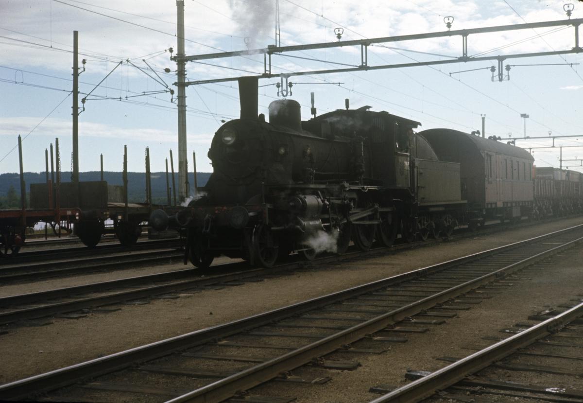 Grustog fra Solørbanen har ankommet Kongsvinger stasjon, trukket av damplok type 27a nr. 248.