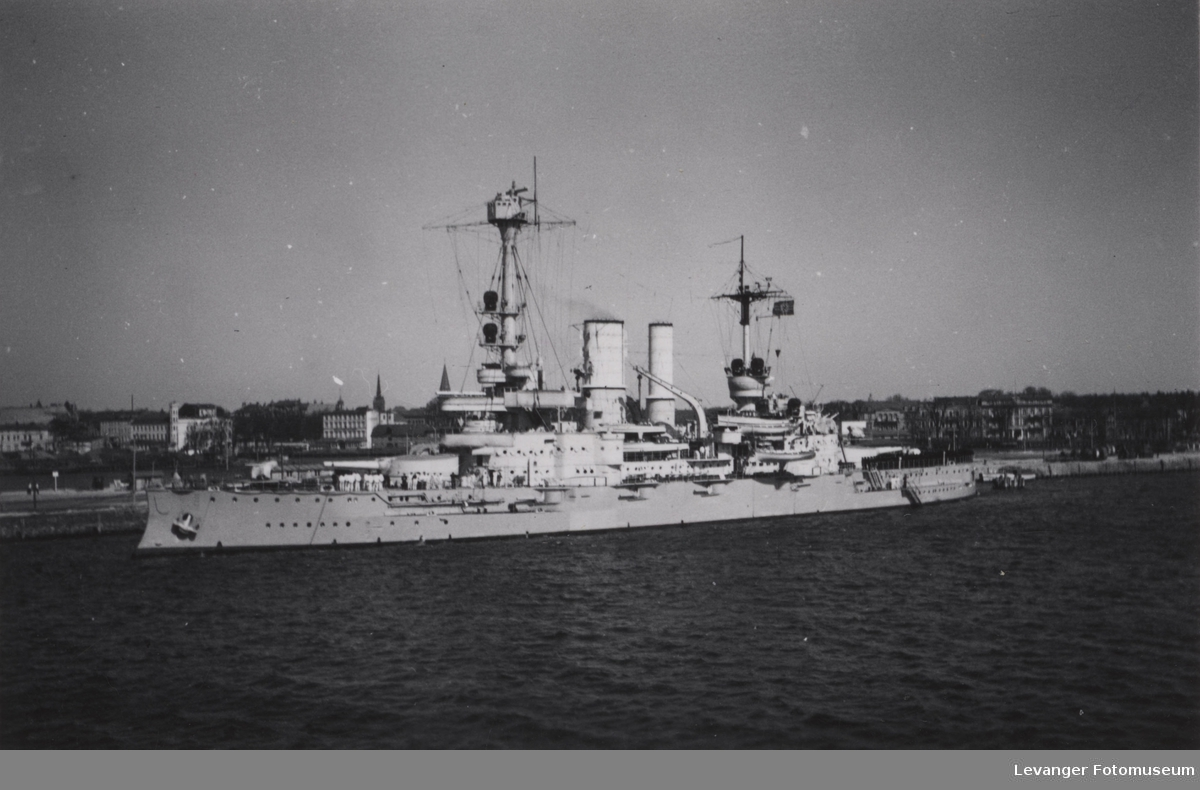 Slagskipet Schlesien ved havna.