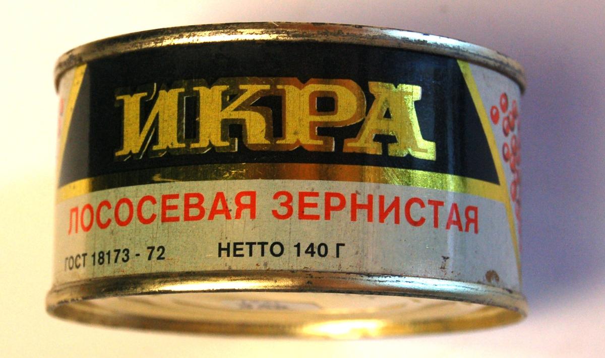 Sylindrisk hermetisk lukka boks med russisk lakserogn.
