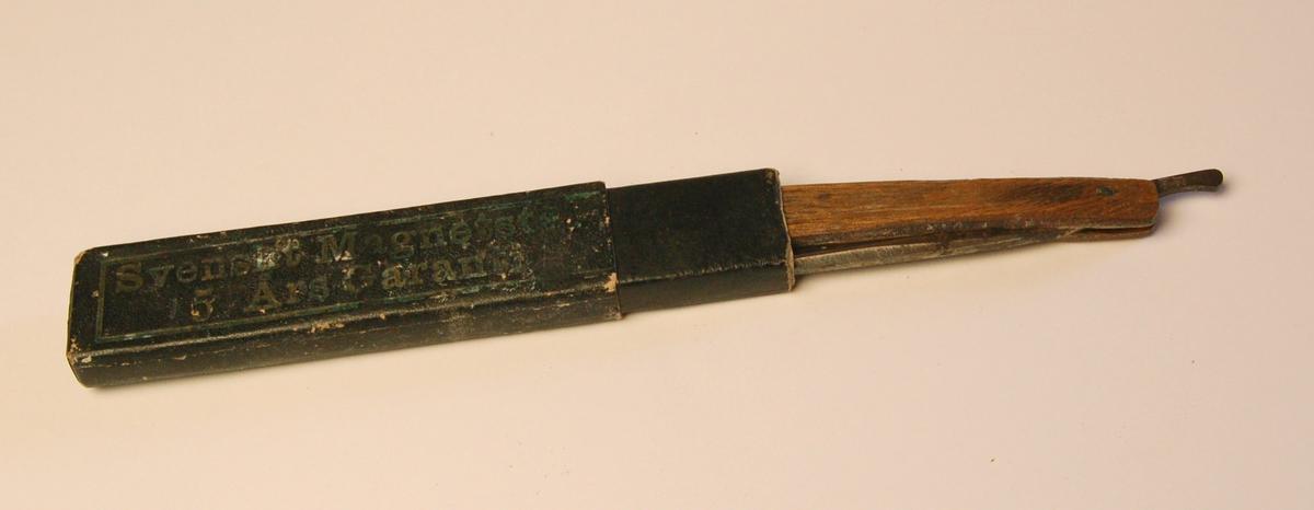 Samenleggbar barberkniv med etui. Kniven har skjefte av tre, og knivblad av stål.