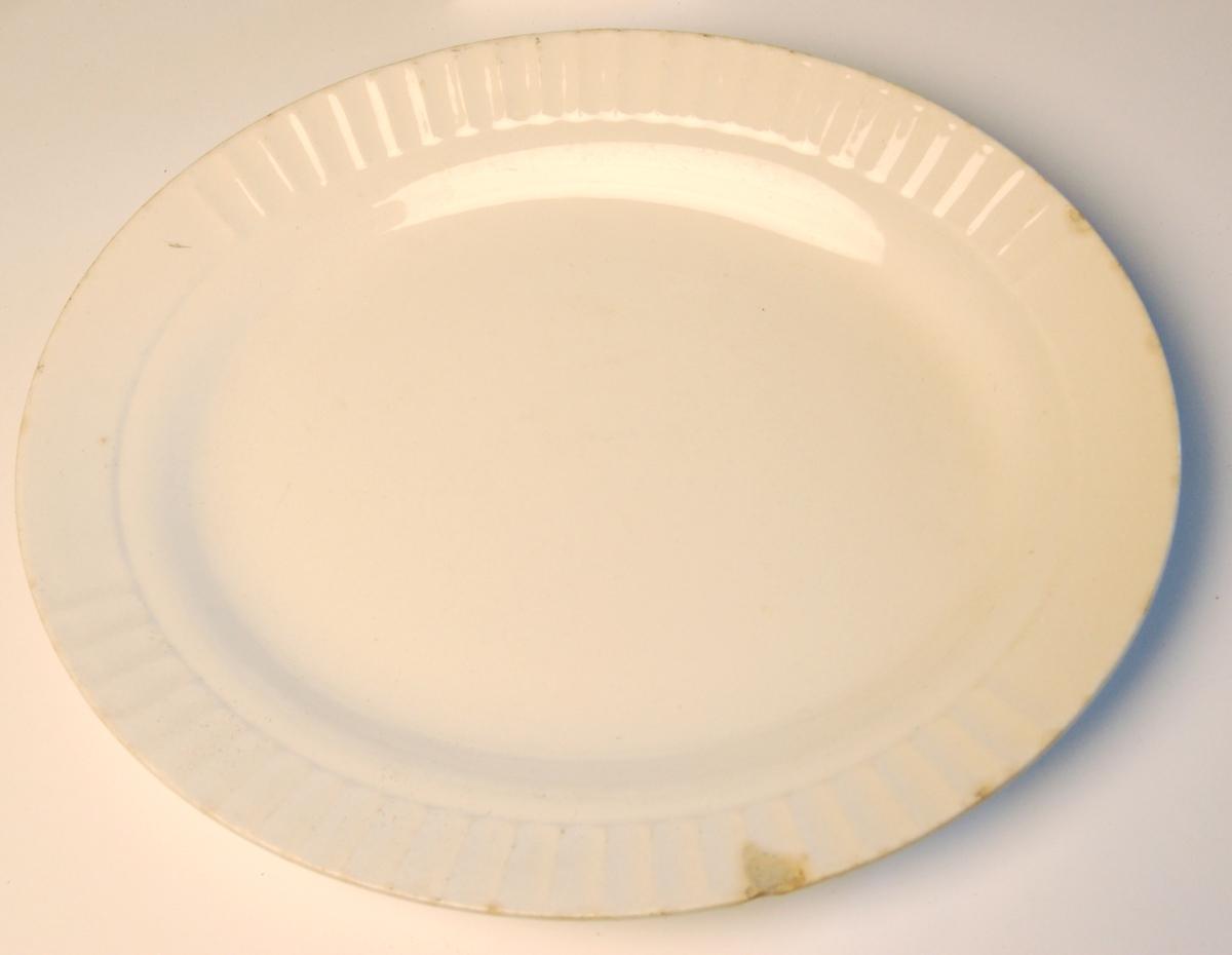 Ovalt glassert porselensfat