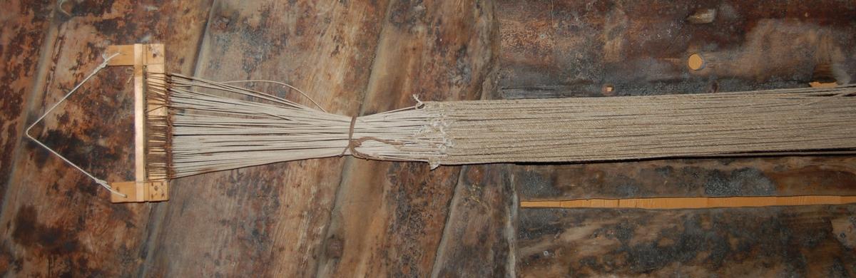Gjenstanden er ei småfisk/hyseline rigget med 106 krok av to storleiker, og heng på ein linesplitter (sule).