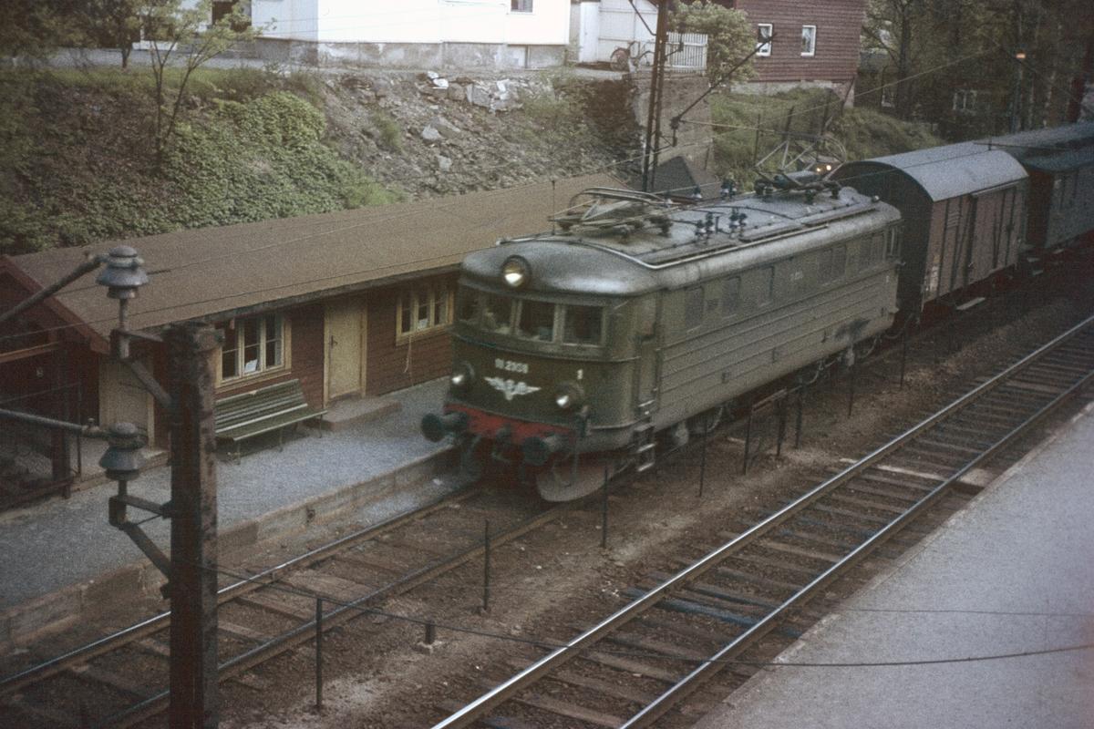 Persontog retning Oslo V ved Myra holdeplass på Drammenbanen. Toget trekkes av elektrisk lok type El 11.