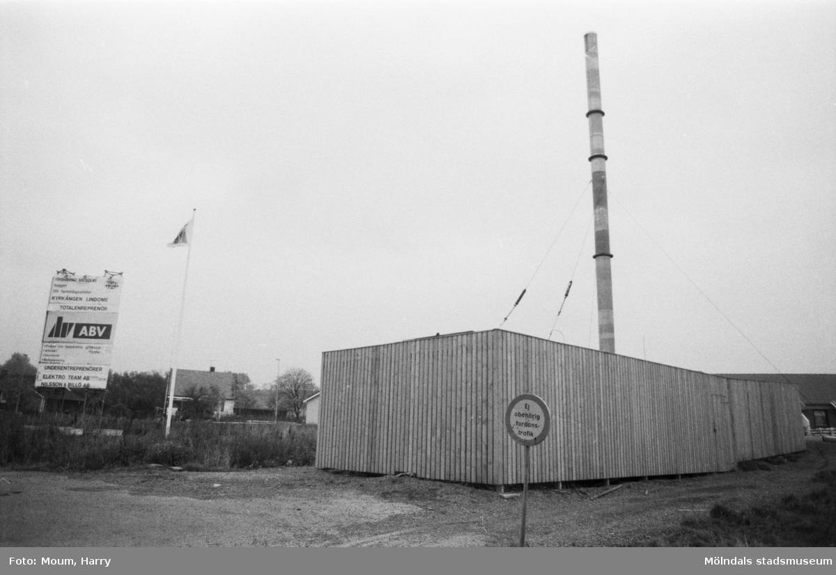 """Boende klagar på kalla hus på Kyrkängen i Lindome, år 1984. """"Är den av kommunen uppställda värmecentralen på kyrkängen boven i dramat? Kyrkängen är fortfarande under utbyggnad och vissa störningar i värmetillförseln kan uppstå.""""  För mer information om bilden se under tilläggsinformation."""