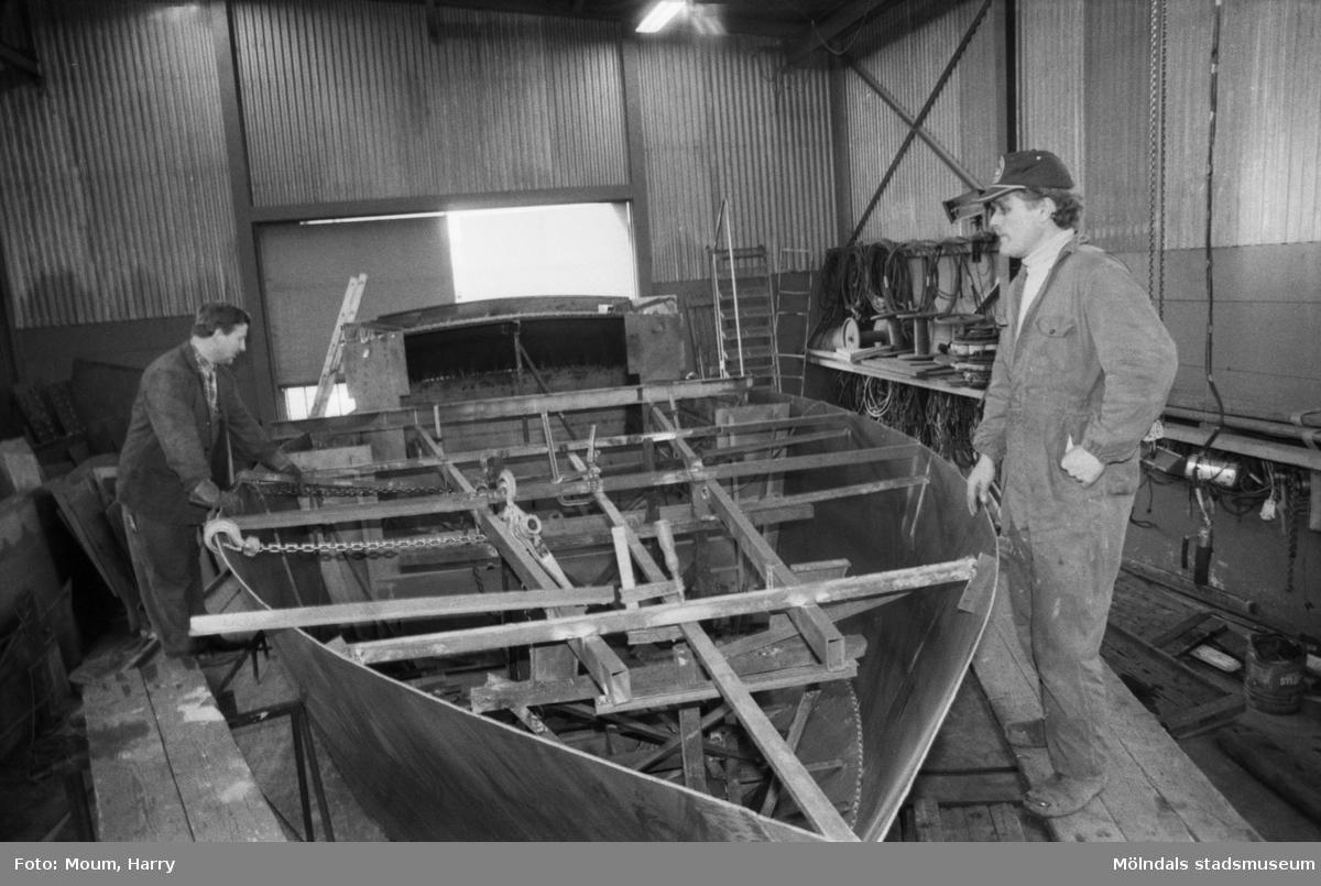 """Stålmarin AB, båtvarv i Lindome, år 1984. """"En """"Sky Girl"""" under byggnad. Men den kommer att bli större.""""  För mer information om bilden se under tilläggsinformation."""