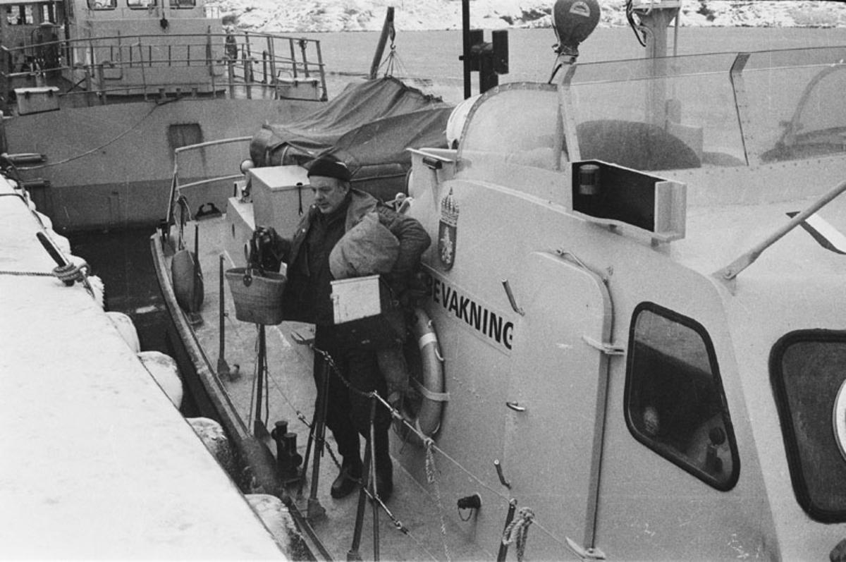 Fartyg: KBV 257                         Övrigt: Text på båtsidan: Kustbevakning Kustbevakningen undsätter isolerad bohusö.