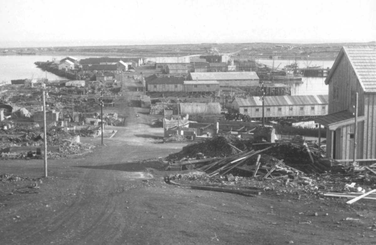 Motiv i fra Vadsø sentrum etter at krigen var slutt. På bildet ser man nedover gaten mot havna