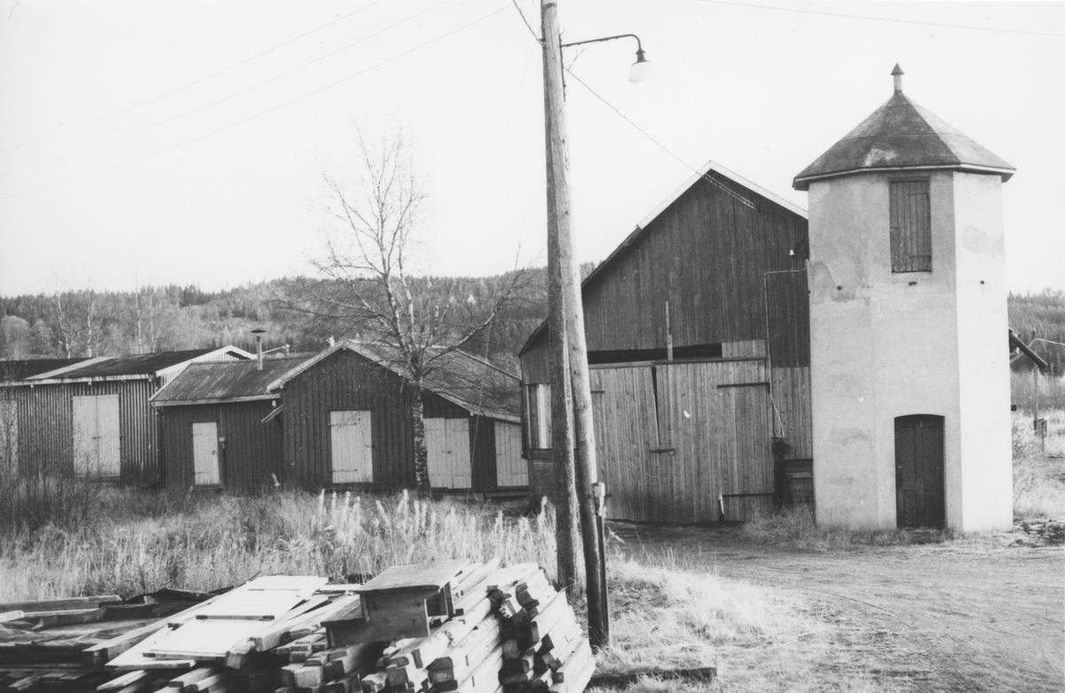 """Stasjonsområdet på Bjørkelangen åtte år etter Urskog-Hølandsbanens nedleggelse. Bygningen i midten ble kalt """"Røde Mølle""""."""