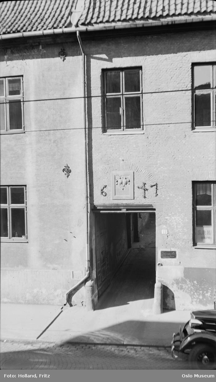 byård, Magistratgården, port