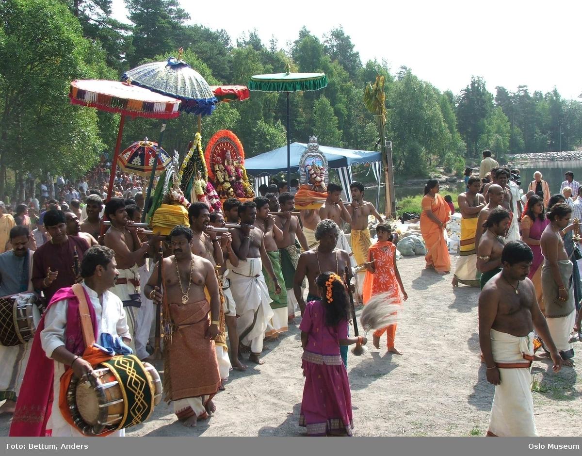 Hinduisme, Sivasubramanyar Alyam, tempel, Tiruvela, badefest, mann, kvinne, barn, vann, parasoller, guder, røkelse, alter, lys,