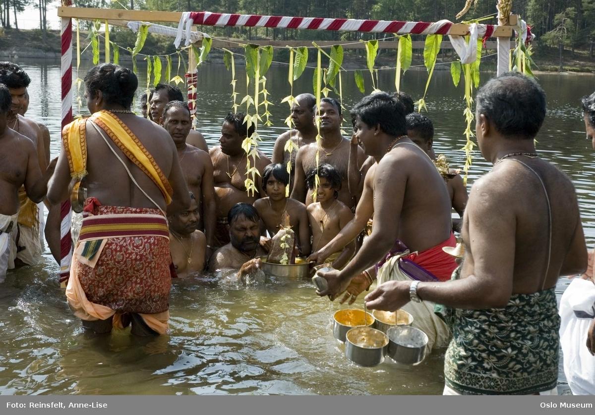 Hinduisme, Sivasubramanyar Alyam, tempel, Tiruvela, badefest, mann, kvinne, barn, vann, skog, marka, parasoller, mat, guder, røkelse, alter, lys